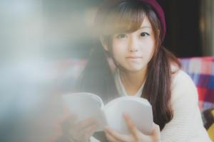 読書に夢中な女子
