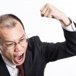 怒鳴り散らしてこぶしを振り上げるハゲリーマンのフリー画像